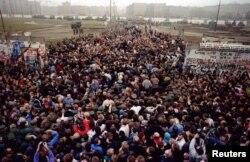 Сустрэча жыхароў Усходняга і Заходняга Бэрліну на адным з участкаў разбуранага муру, здымак быў зроблены 12 лістапада 1989 г.