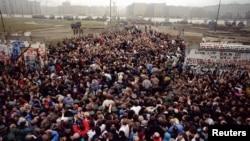 Встреча жителей Восточного и Западного Берлина на одном из участков разрушенной стены. Снимок сделан 12 ноября 1989 года.