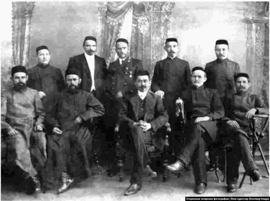 """Позже, по словам создателя, свои семейные фотографии начали присылать и другие люди из разных стран бывшего СССР На фото – преподаватели троицкого медресе """"Расулия"""". 1911-1912 год"""
