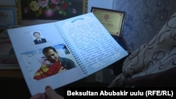 Алишер Саиповдун апасы Зайнабхан Саипова баласын эскерип жазган дептер.