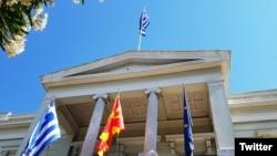 Грчко и македонско знаме на грчкото МНР во Атина за време на посетата на шефот на дипломатијата Никола Димитров на Грција на 14 јуни 2017