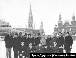 Делегация представителей национального движения крымских татар на Красной площади, 4-й слева во 2-м ряду Мугаррем Дудаков. Москва, 1968 год
