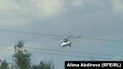 Вертолет в день полицейской операции. Поселок Кенкияк Актюбинской области,1 июля 2011 года.
