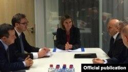 Përfaqësuesja e lartë e BE-së, Federica Mogherini dhe kryeministri i Serbisë, Aleksandar Vuçiq (majtas) e kryeministri i Kosovës, Isa Mustafa (djathtas) gjatë takimit të sotëm në Bruksel