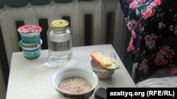 Завтрак в детской инфекционной больнице в Алматы. Иллюстративное фото.