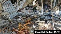 На рынке в сирийском городе Маарет аль-Нуман после авиаудара, в результате которого, по данным Сирийского центра мониторинга за соблюдением прав человека, погибли 13 мирных жителей.