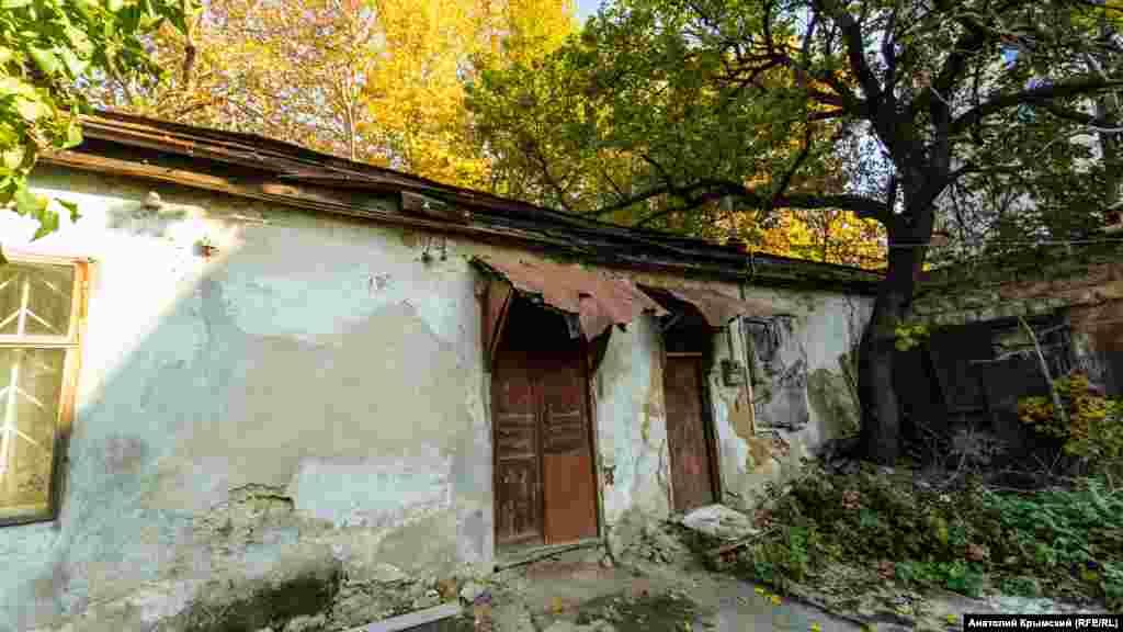 Хозяйственные пристройки на территории бывшей усадьбы Мильгаузена находятся в ветхом состоянии
