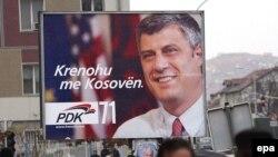 Priština: predizborni poster sa slikom lidera najveće opozicione partije, Hašima Tačija.