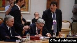 Նախագահ Սերժ Սարգսյանը ստորագրում է Եվրասիական տնտեսական միությանը Հայաստանի անդամակցության մասին պայմանագիրը, Մինսկ, 10-ը հոկտեմբերի, 2014թ.