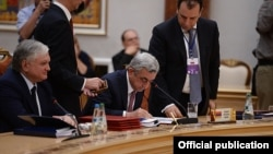 Президент Армении Серж Саргсян подписывает договор о присоединении Армении к ЕАЭС, Минск, 10 октября 2014 г․