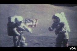 Американские астронавты Йьюджин Цернан и Гаррисон Шмит на поверхности Луны. 1972 год.