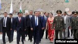 Эмомалӣ Раҳмон дар ҷараёни сафараш ба Бадахшон. Моҳи июли 2015