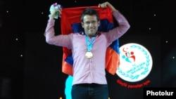 Турция - Левон Аронян празднует победу сборной Армении на Всемирной шахматной Олимпиаде, Стамбул, 9 сентября 2012 г.