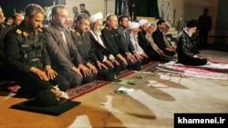 غلامحسین غیبپرور (چپ) در جریان دیدار آیتالله خامنهای از یگانهای بسیج فارس در سال ۸۷