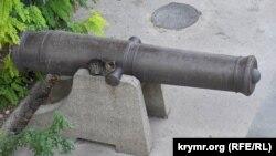 Кошка отдыхает на «лафете» корабельной пушки времен Крымской войны, бояться ей некого, туристы сюда не доходят