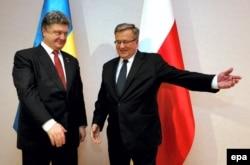 Президент Польши Бронислав Коморовский приветствует своего украинского коллегу Петра Порошенко. Польша, 27 января 2015 года