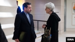 عباس عراقچی، معاون وزارت امور خارجه ایران در حال گفتوگو با وندی شرمن، همتای آمریکایی خود در ژنو سوییس