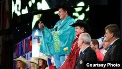 Хьюстондағы әлемдік жарыста 105 келі салмақта чемпион атанған қазақстандық ауыр атлет Александр Зайчиков жеңімпаз тұғырында тұр.