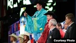 Казахстанский тяжелоатлет Александр Зайчиков на награждении на чемпионате мира по тяжелой атлетике в ноябре 2015 года в Хьюстоне.