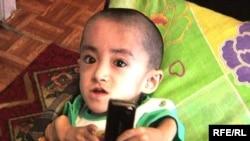 Семилетний мальчик Уалихан Сериккалиев, который болеет остеогенезом, у него все время ломаются кости. Семей, 23 августа 2009 года.