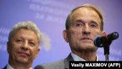 Лидеры партии «Оппозиционная платформа - За жизнь» Виктор Медведчук (справа) и Юрий Бойко во время выступления в избирательном штабе партии. Киев, 22 июля 2019 года