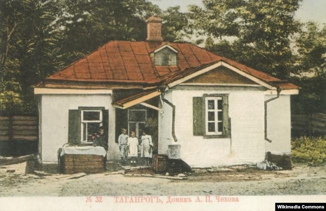 Будинок Антона Чехова на дореволюційній листівці. Батько майбутнього письменника – Павло Чехов, родом із Полтавщини – проживав із родиною в цьому орендованому будинку з кінця 1859 по березень 1861 року, й тут 29 січня 1860 року народився третій син Чехових, Антон