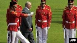 Аляксандар Лукашэнка ў суправаджэньні ганаровай варты ў Джакарце ў Інданэзіі