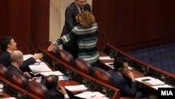 Архива: Радмила Шеќеринска и Никола Димитров во Собрание на седница за пратенички прашања.