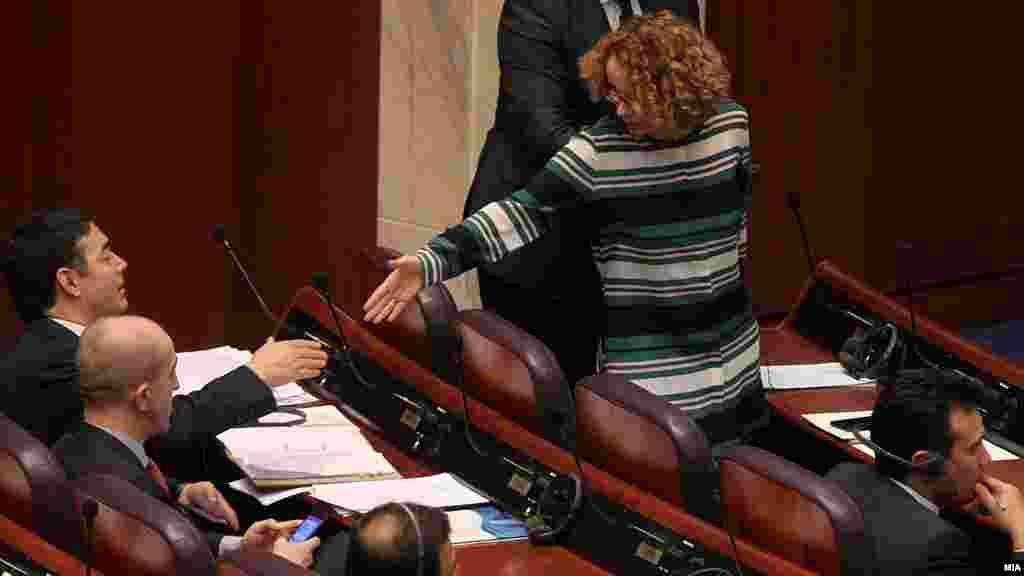МАКЕДОНИЈА - Пратениците во Собранието жестоко дебатираат за интерпелацијата на министерот Никола Димитров која ја поднесе ВМРО-ДПМНЕ, при што се обвинуваат меѓусебно за предавство на државата поради ратификувањето на Договорот од Преспа.