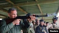 وزير الدفاع خالد العبيدي خلال زيارة الى معسكر التاجي 25 شباط 2015