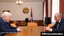 Президент Нагорного Карабаха Бако Саакян (справа) принимает посла Анджея Каспшика, СТепанакерт, 13 мая 2017 г.