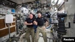 Scott Kelly dhe Mikhail Kornienko gjatë qëndrimit në Stacionin Ndërkombëtar të Gjithësisë