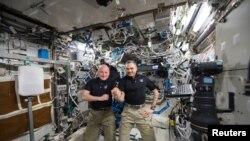 Астронавт НАСА Скотт Келли (слева) и российский космонавт Михаил Корниенко на МКС. 21 января 2016 года.