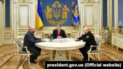 Александр Турчинов (справа) вместе с Петром Порошенко (в центре) и Сергеем Кривоносом (слева), назначенным заместителем Турчинова, 12 марта 2019