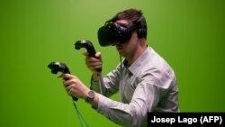 یکی از بازدیدکنندگان کنگره در حال آزمایش «واقعیت مجازی»