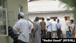 Täjik ýaşlary Kurgondepe şäherindäki metjitlerden birinde. 4-nji awgust, 2010.