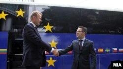Евроамбасадорот Аиво Орав и вицепремиерот за евроинтеграции Фатмир Бесими.