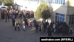 Очередь у продуктового магазина в Туркменабаде
