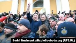 Михаил Саакашвили в окружении своих сторонников, вызволивших его из служебного автомобиля СБУ после задержания. Киев, 5 декабря 2017 года.