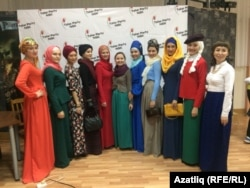 Ислам дине кануннары буенча киенү модасын күрсәтүче кызлар