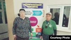 73 жастағы Валентина мен 77 жастағы Владимир Тарасовтар Өскемен қалалық мамандандырылған әкімшілік сотының ғимаратында. 15 сәуір 2019 жыл.