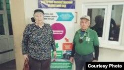 73-летняя Валентина и 77-летний Владимир Тарасовы в фойе здания Усть-Каменогорского специализированного городского суда после судебного процесса над ними по обвинению в неповиновении требованиям полиции. Усть-Каменогорск, 15 апреля 2019 года.