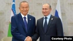Islam Karimov and Vladimir Putin shake hands in 2015.