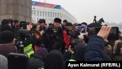 Акция у монумента Независимости на площади Республики в Алматы. 16 декабря 2019 года.