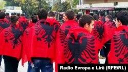 Ljudi sa albanskim zastavama