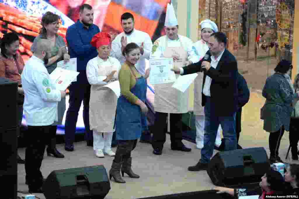 Международный день мант завершился вручением заведениям, участвовавшим в нем, дипломов. Дипломы вручает Юрий Пааль. Всего было 13 участников – рестораны, кафе, а также Ассоциация поваров Казахстана, «Клуб любителей кулинарии» из Кыргызстана.