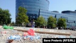 Smeće na plaži ispred biznis centra Capital Plaza u Podgorici