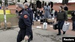 Італьянская паліцыя каля станцыі мэтро ў Рыме (архіўнае фота)