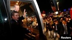 Турскиот премиер Реџеп Таип Ердоган, пречекан од неговите поддржувачи на аеродромот Ататурк во Истанбул, 07.06.2013.