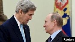 Американскиот државен секретар Џон Кери со рускиот претседател Владимир Путин.